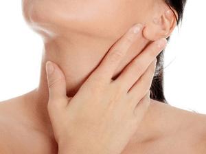 Смазываем миндалин и слизистой ротоглотки лекарственными средствами